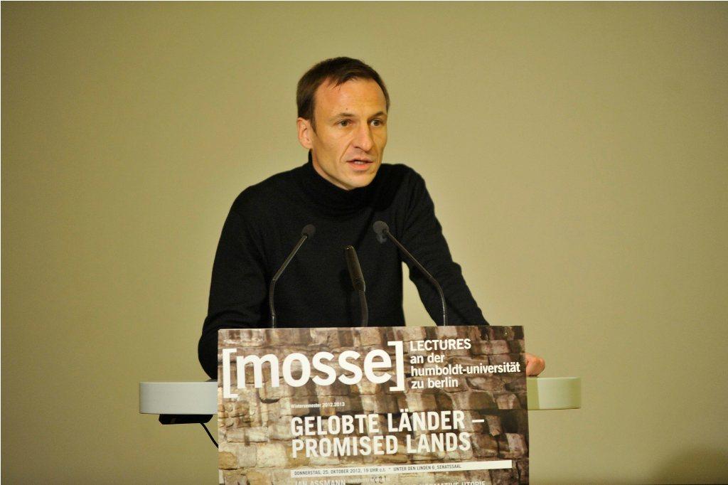 """Burkhardt Wolf begrüßt die Gäste der 4. Mosse-Lecture in der Reihe """"Gelobte Länder"""" © Niels Leiser"""